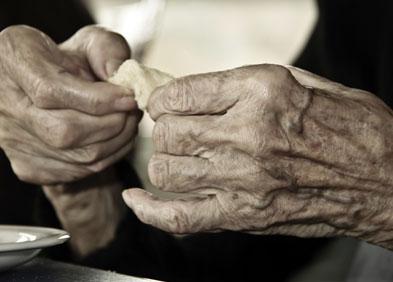 mains de femme avec arthrose