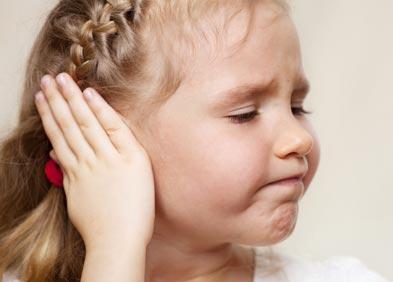 Fillette souffrant de douleurs aux oreilles