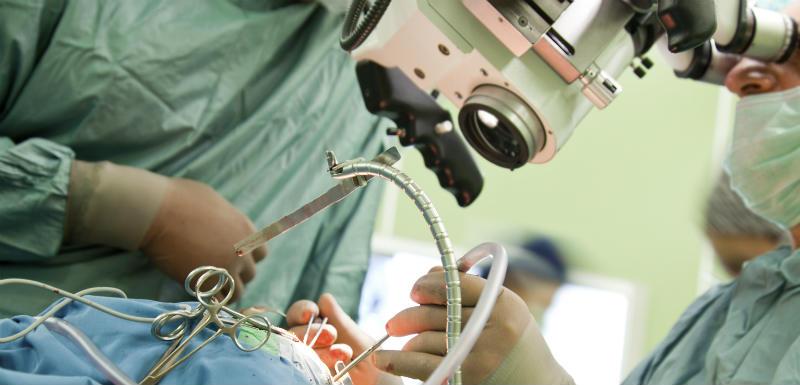 Chirurgie éveillée: un patient guide l'opération via des lunettes 3D