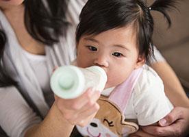 bébé boit son biberon