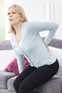 femme souffrant de douleurs dans le bas du dos