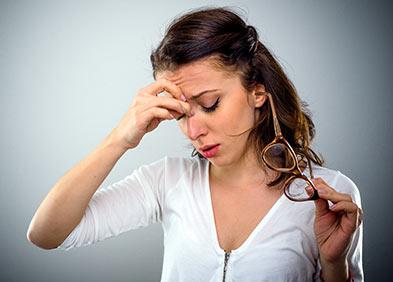 Jeune femme souffrant de migraine ophtalmique