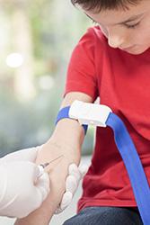 enfant faisant une prise de sang