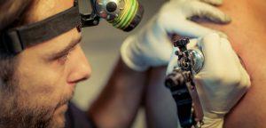 Les tatoueurs missionnés pour dépister le mélanome ?!