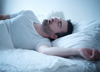 homme endormi souffrant d'apnée du sommeil