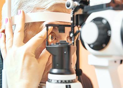 examen ophtalmologique pour diagnostiquer un décollement de rétine