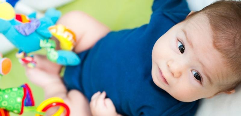 ^têtes plates des bébés-déformation