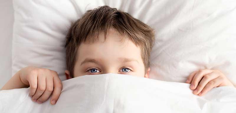troubles du sommeil : enfant au lit