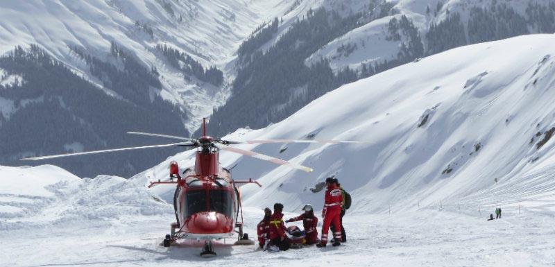 secouristes à la montagne pour un arrêt cardiaque