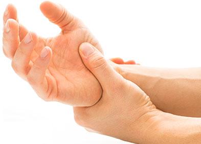 poignet douloureux dû à un syndrome du canal carpien