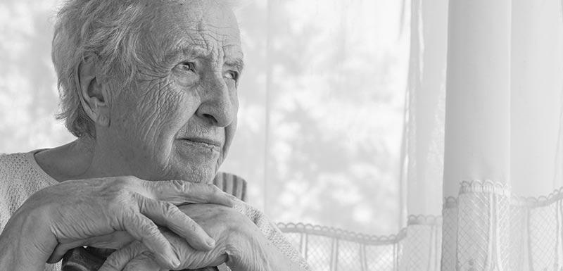 Femme âgée touchée par Alzheimer