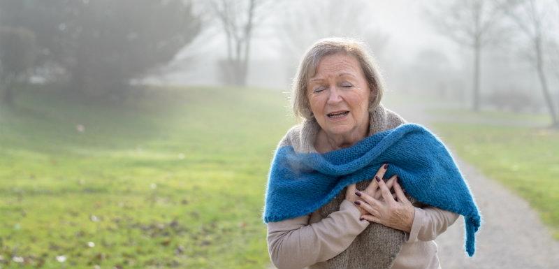 Femme faisant un infarctus du myocarde