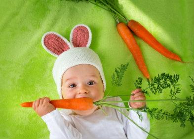 alimentation bébé déguisé en lapin qui mange une carotte