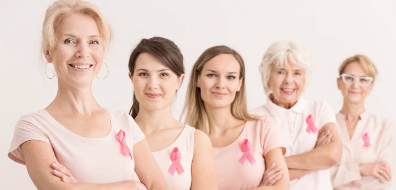4 femmes de différents âges s portent un noeud rose sur leur t-shirt, Zemy