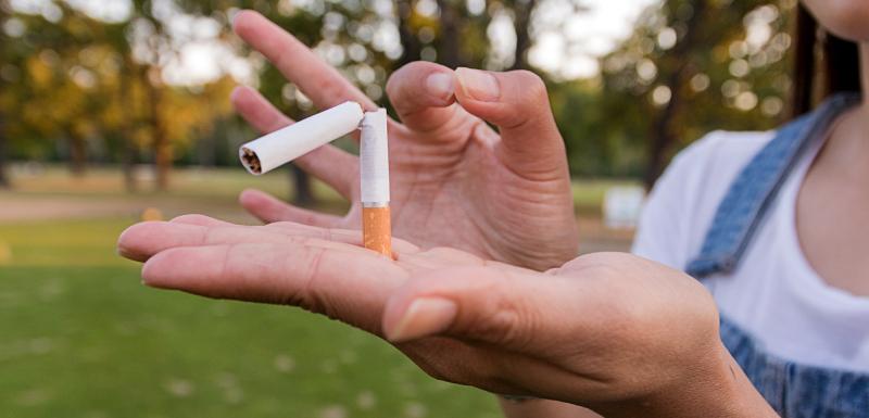 femme qui casse une cigarette dans sa main, sevrage tabagique avec la metformine