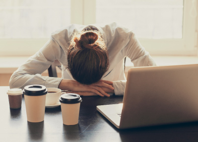 femme endormie sur son bureau Syndrome de Fatigue Chronique