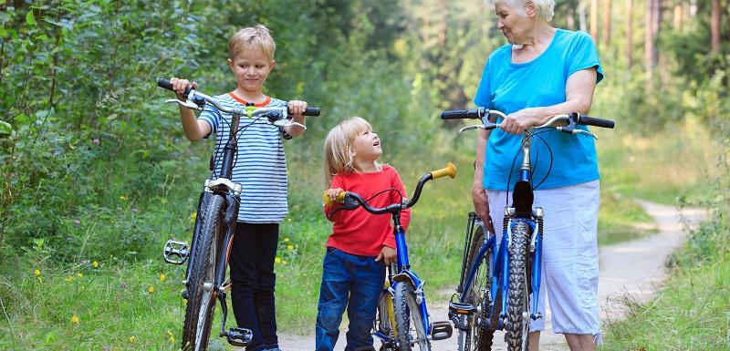 femme agée et enfant à vélo - immunité