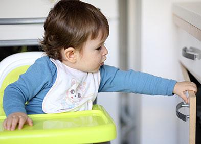 accidents domestiques - bébé ouvrant une porte