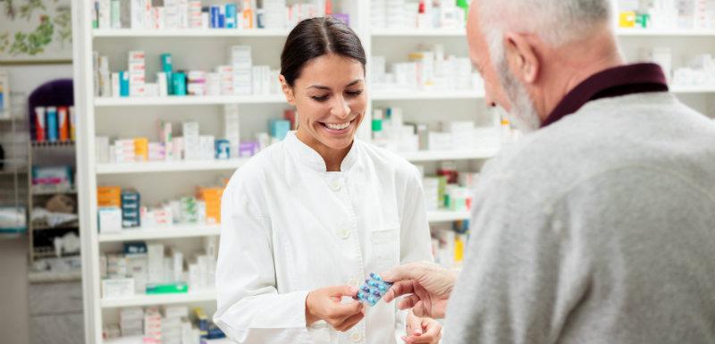 Pharmacien délivrant des médicaments