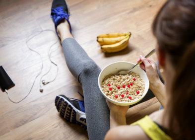 Sportive mangeant des céréales - alimentation du sportif