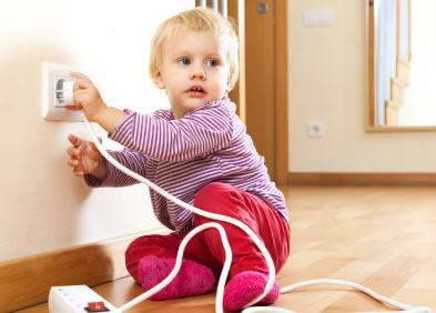 risque d'électrocution, bébé tient une prise