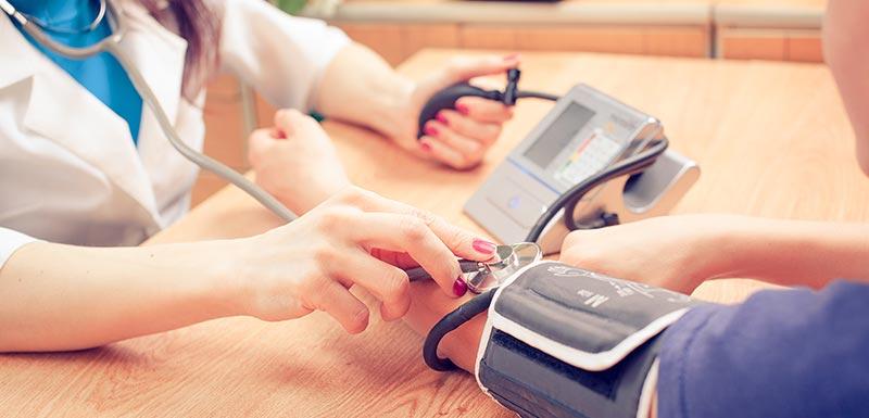 hypertension, infirmière mesurant la tension