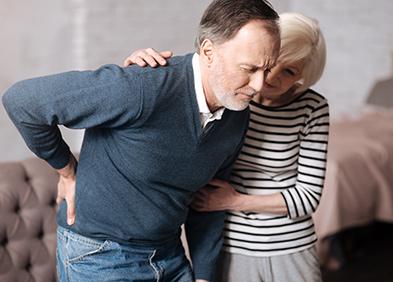 Senior avec des maux de dos