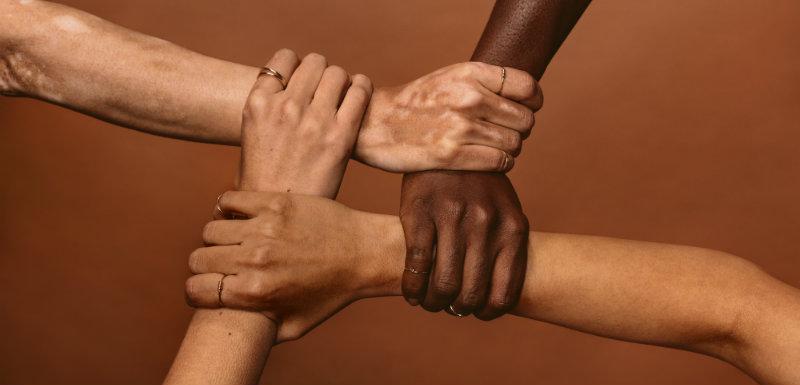 4 mains serrant chacune un poignet différent