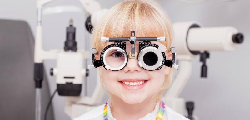 Enfant en consultation ophtalmologique