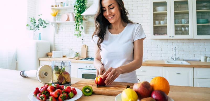 Femme qui se prépare un smoothie avec des fruits frais