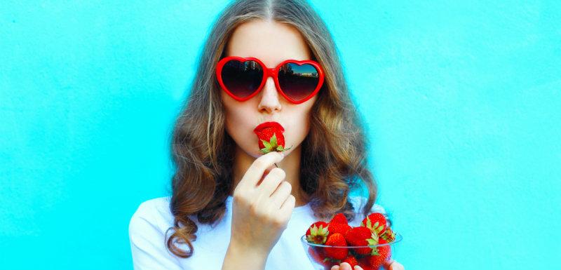 Femme mangeant des fraises