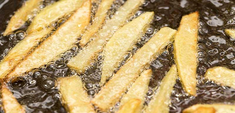 Frites dans de l'huile chaude