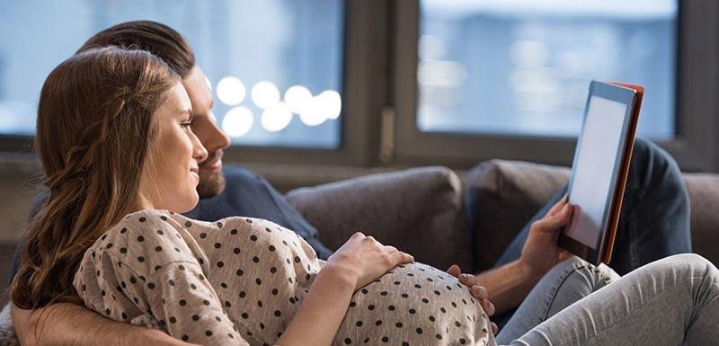jeune couple regardant une tablette - bracelet connecté
