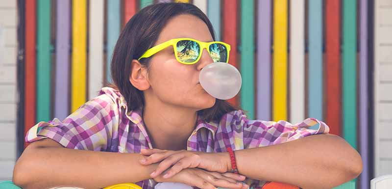 Jeune femme mâchant du chewing-gum