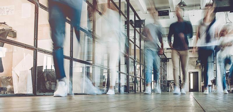 marche rapide dans un couloir