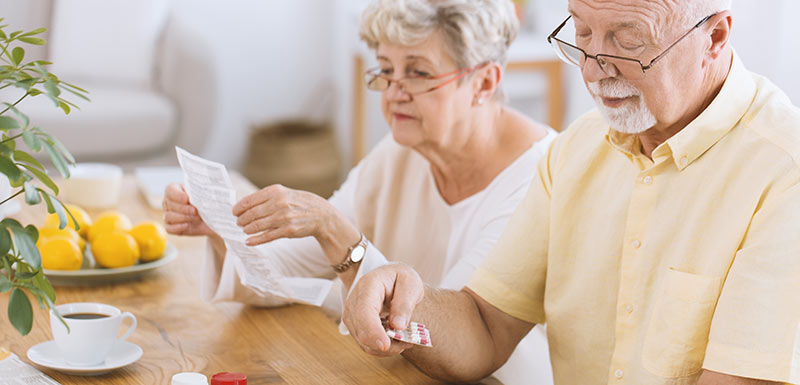 Homme senior prenant des médicaments