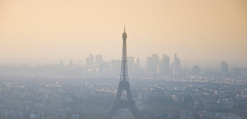 Tour Eiffel entourée de pollution atmosphérique.