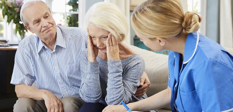 Une infirmière rend visite à une femme atteinte de la maladie d'azheimer
