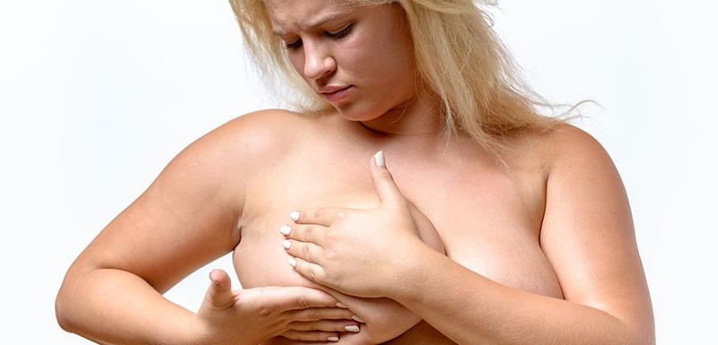 Femme se palpant les seins
