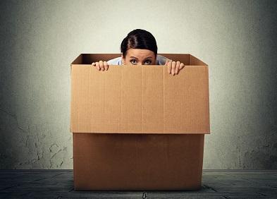 Femme souffrant de claustrophobie