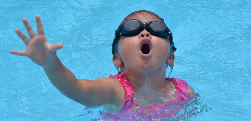 Une petite fille se noie dans la piscine