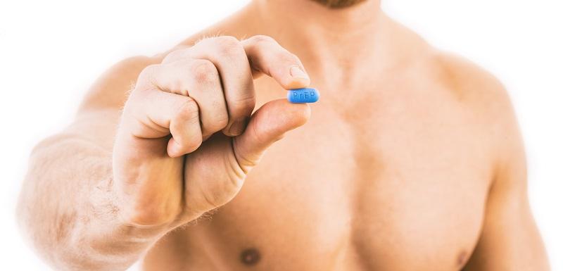 Un homme tient une pillule PrEP