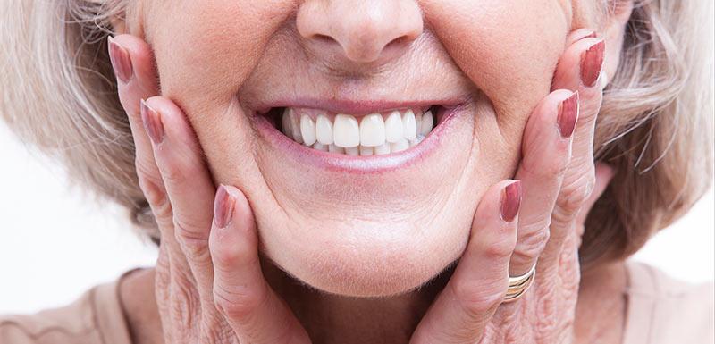 prothèses dentaires - femme souriante