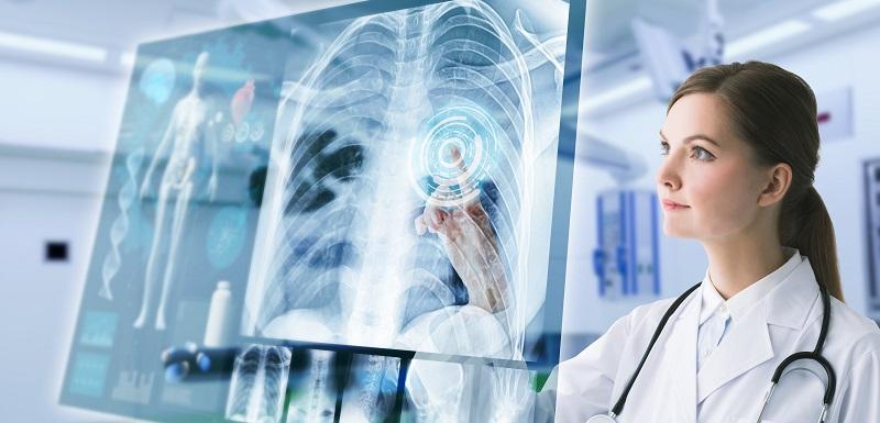 Une docteure regarde une radiographie
