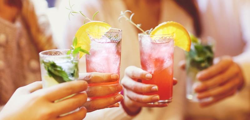 Des jeunes consomment de l'alcool.