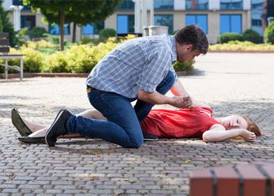 homme portant secours à une femme qui a fait un malaise vagal