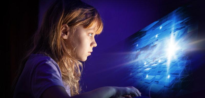 La rétine de la fillette face à la lumière bleue