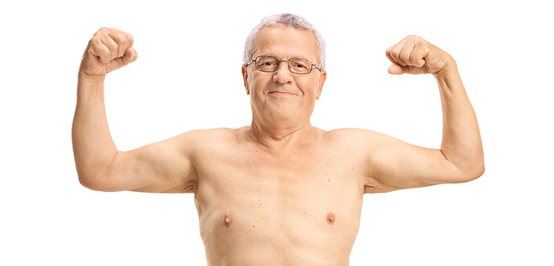 senior montrant ses muscles, sarcopénie