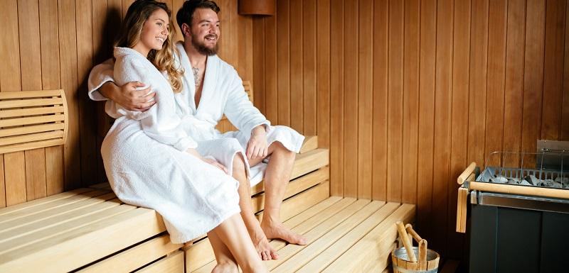 Deux personnes prennent un sauna