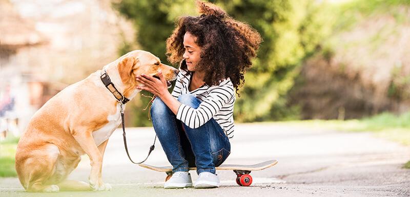 chien avec un enfant souffrant de dysphasie (trouble du langage)